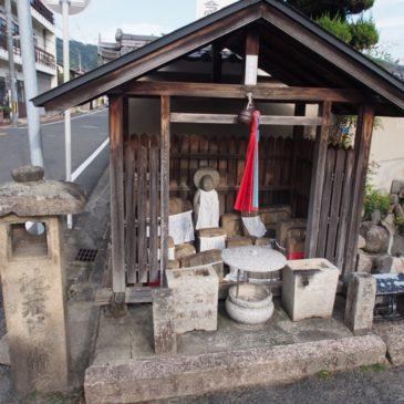 【川中地蔵尊】かつて流れていた小川で見つかった石仏をお祀りした地蔵尊