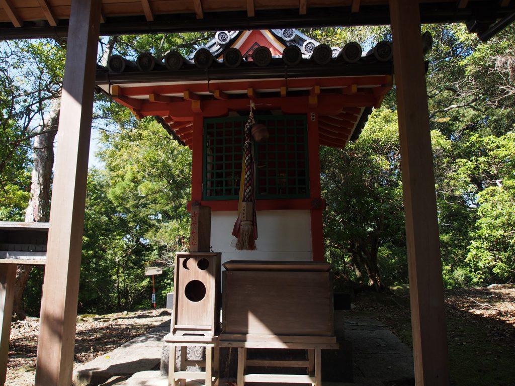 辛国神社の本殿