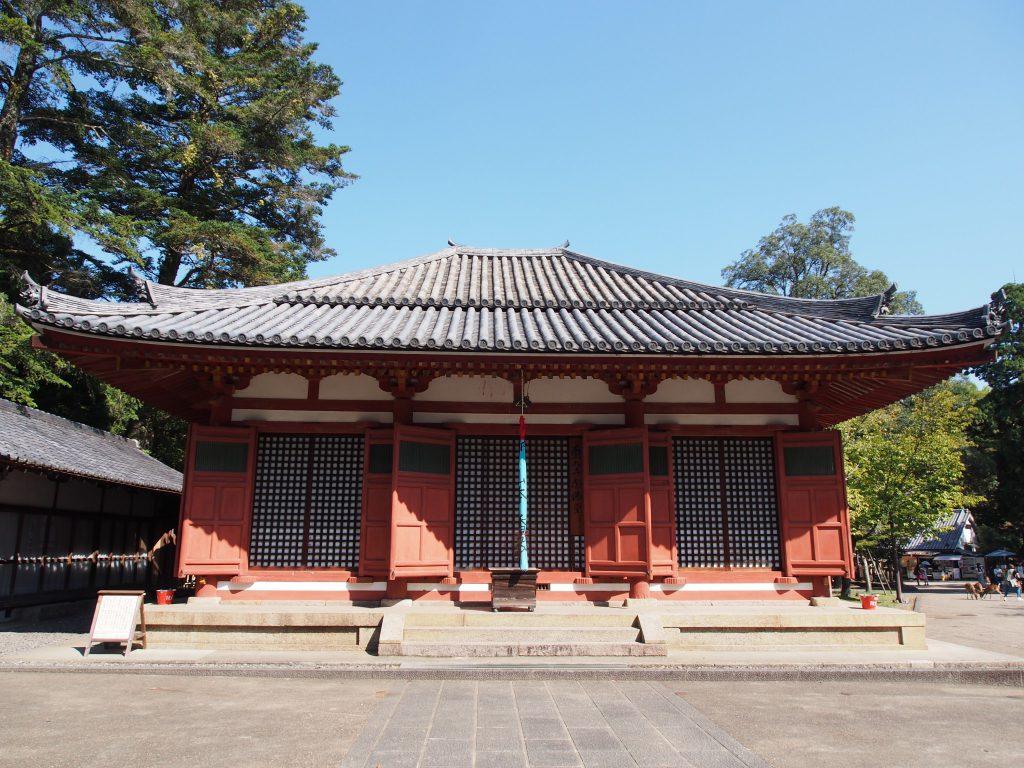 【東大寺念佛堂】大きな地蔵菩薩坐像をお祀りするお堂は東大寺では珍しい朱色の建築