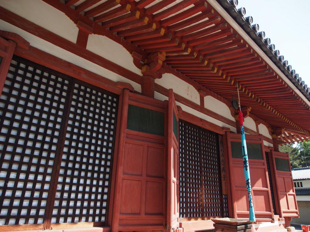 東大寺念佛堂を近くから望む