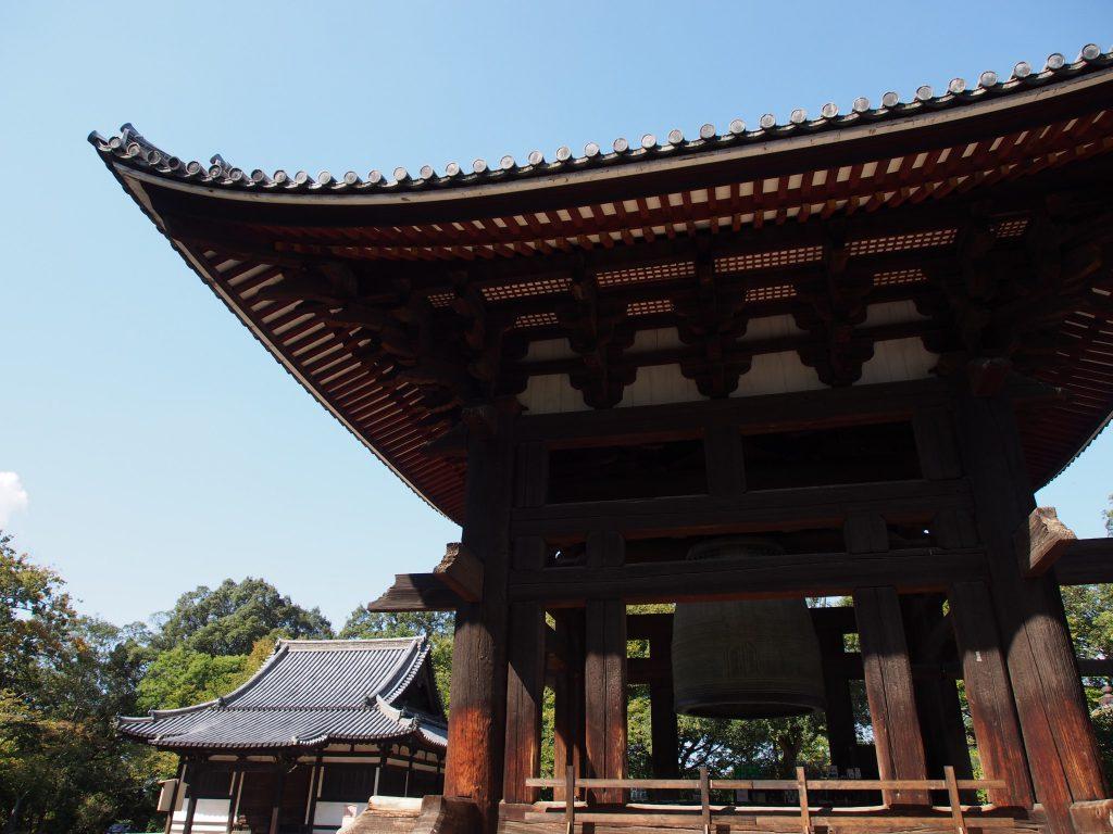 俊乗堂と東大寺鐘楼を望む風景