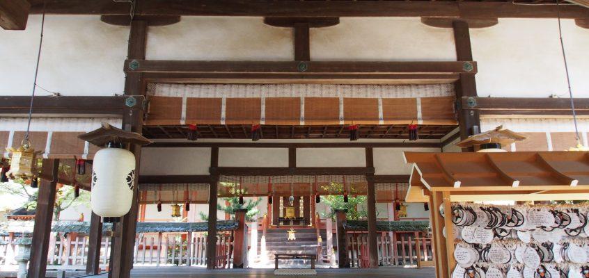 【手向山八幡宮本殿・拝殿】五柱の御祭神をお祀りする本殿は南北に細長く伸びる