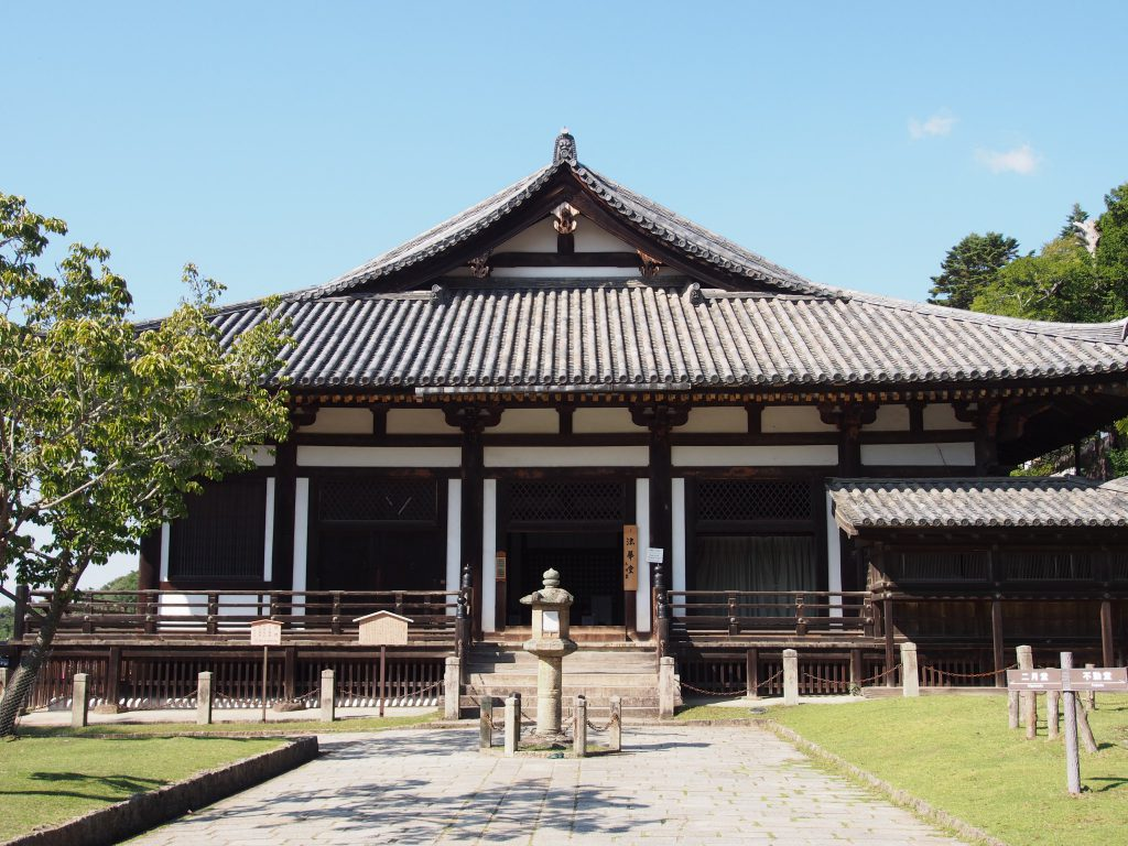東大寺法華堂(三月堂)を南側から望む