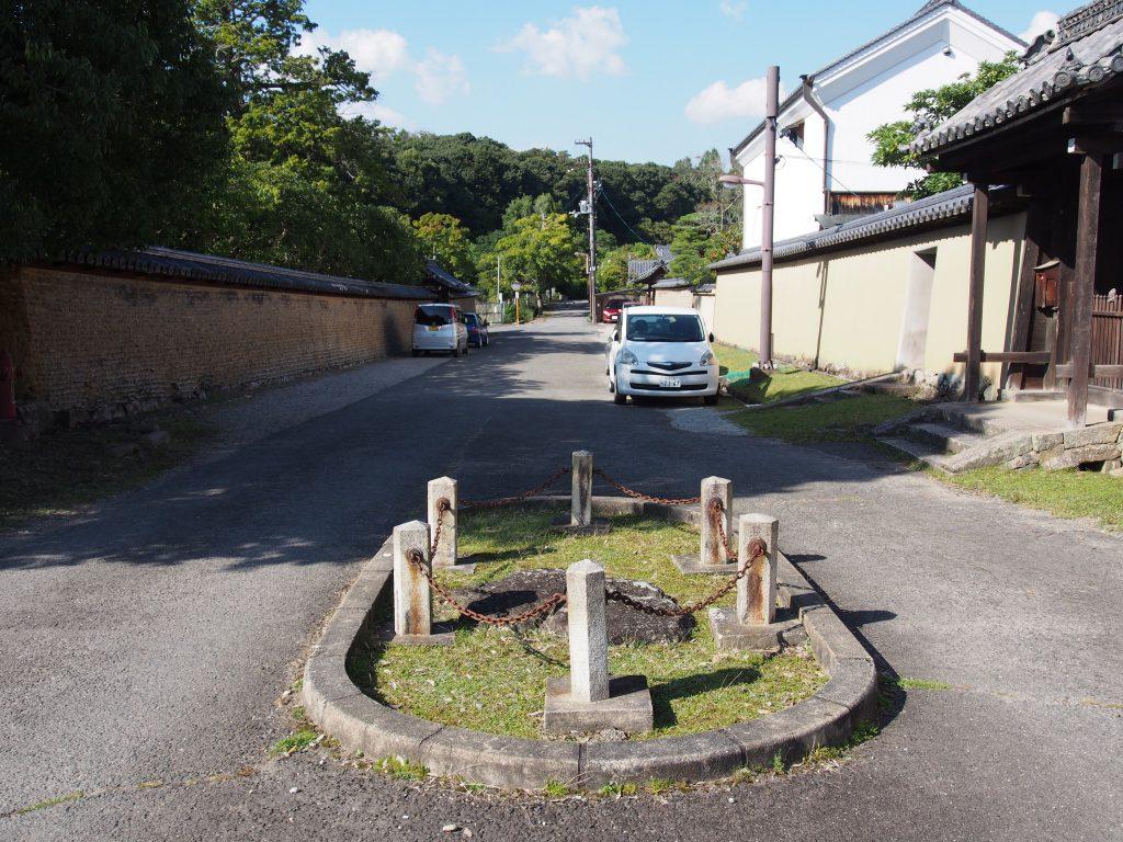【東大寺食堂跡】人通りの少ない空間には天平時代の礎石が一つだけ残される
