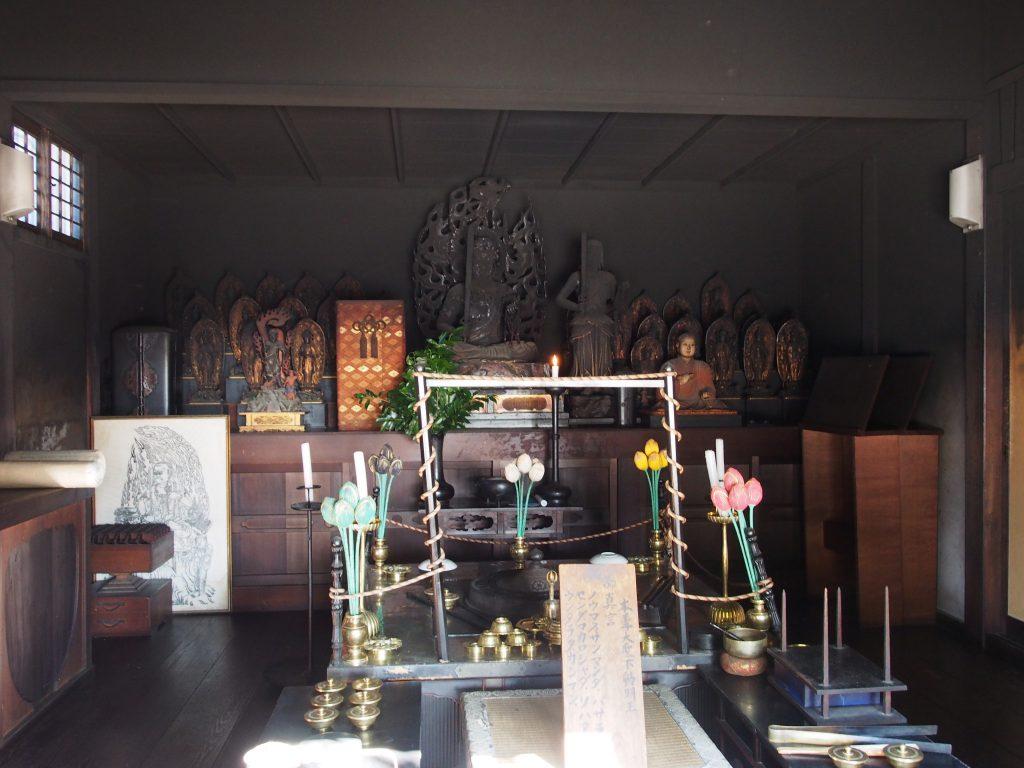 興福寺不動堂の堂内(ススで覆われた仏様)