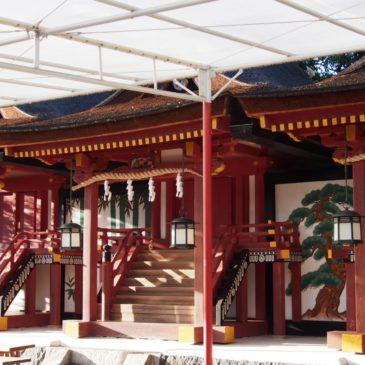 【率川神社本殿】「子ども」を「両親」がお守りするように三殿が並び立つ