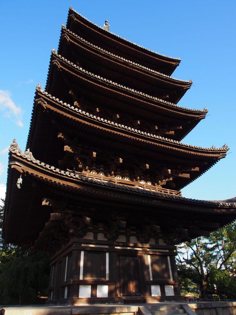 真下から望む興福寺五重塔