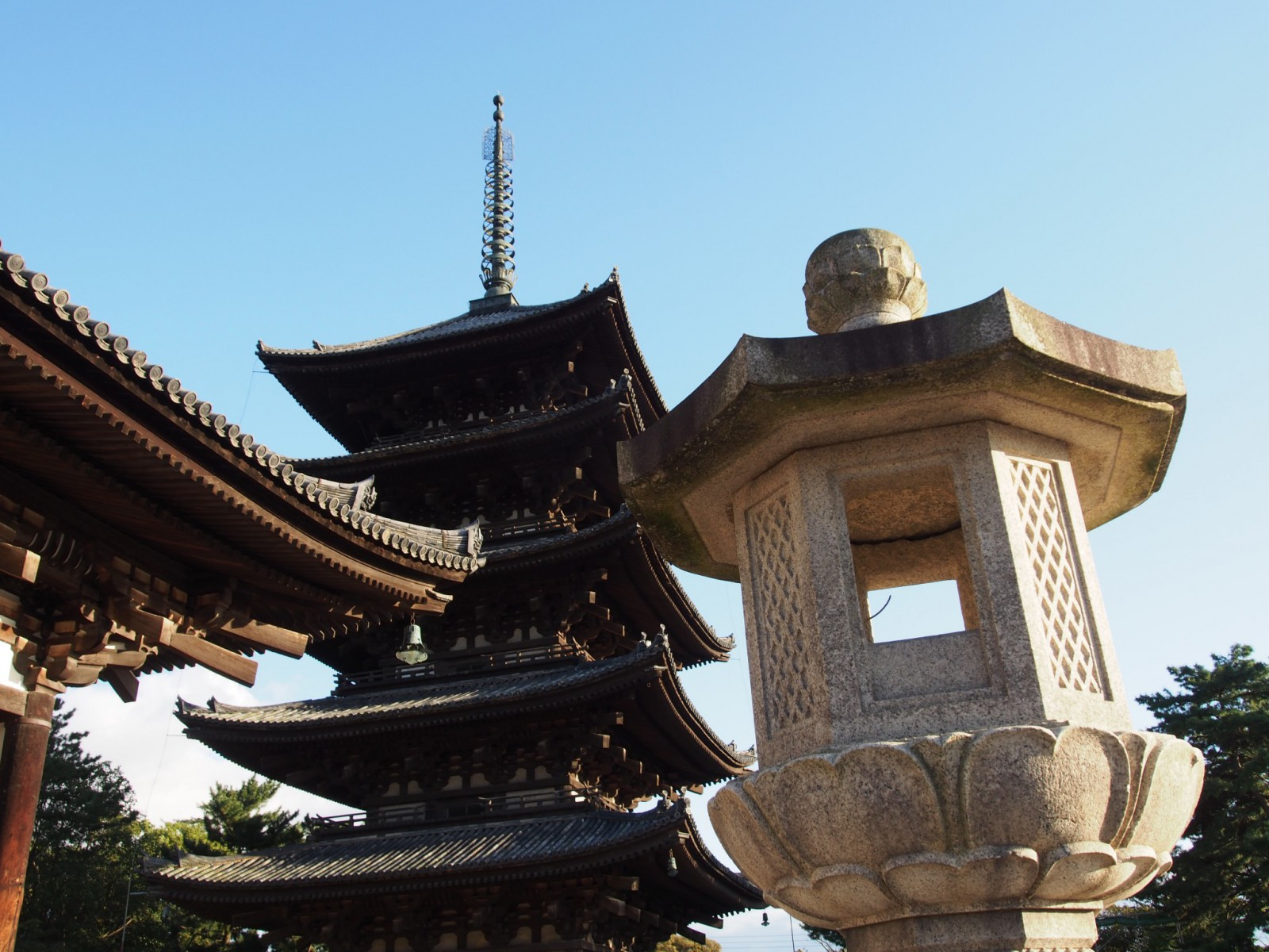 燈籠と五重塔と東金堂