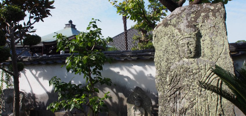 【十輪院石像合掌観音立像】「慈悲」の心を真っすぐに体現したかのような巨大な石仏