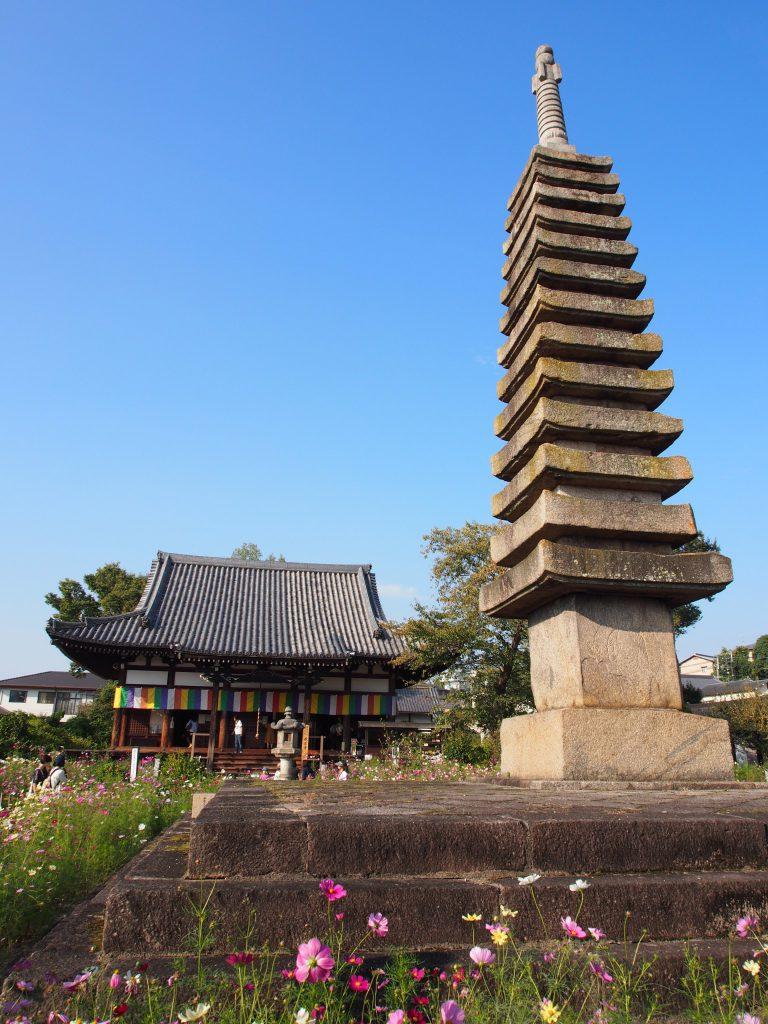 般若寺の十三重石宝塔と本堂