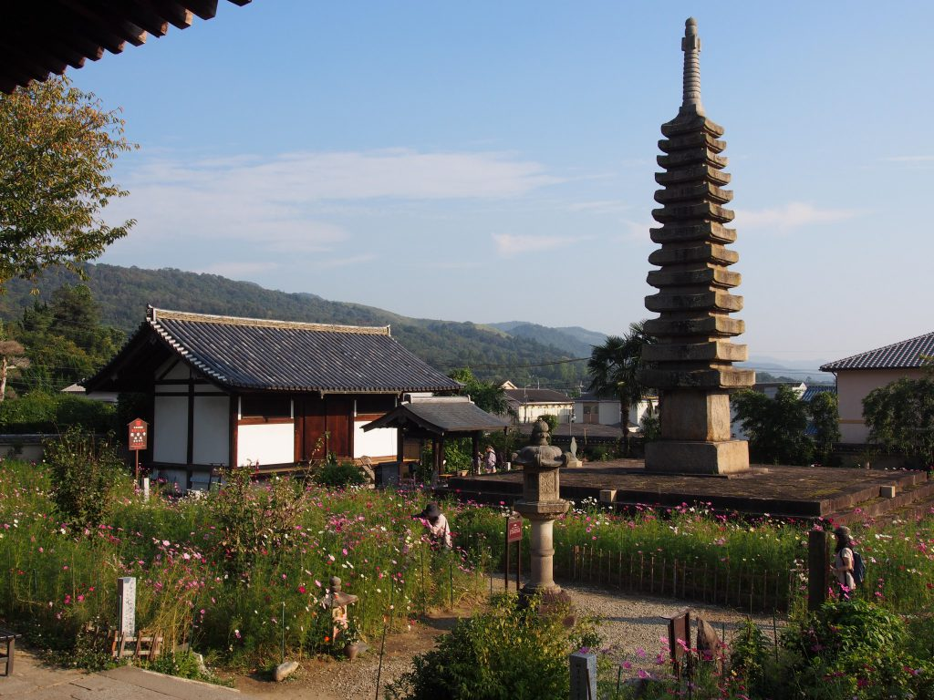 般若寺経蔵と十三重石宝塔
