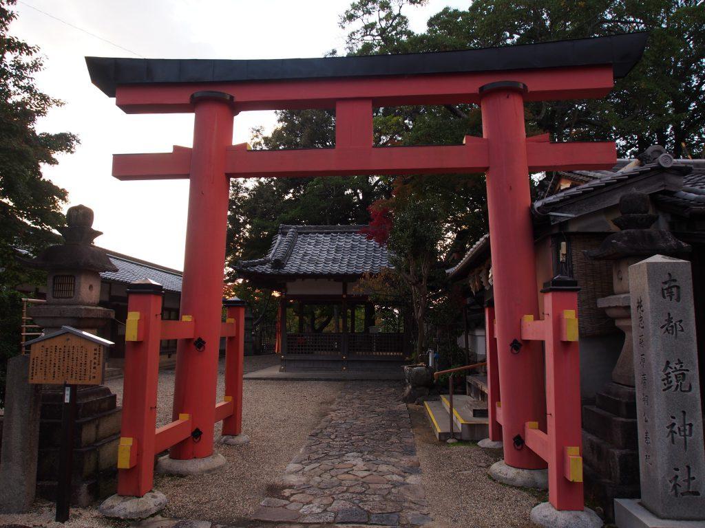 【南都鏡神社】怨霊伝説に由来する神社の本殿は「春日移し」