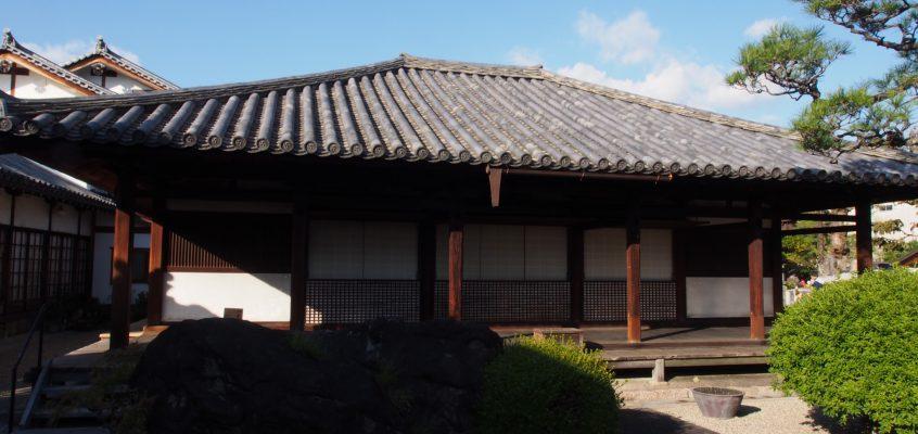 【十輪院本堂】軒の低さが印象的な住居建築風のお堂では「石仏龕」をお祀りする