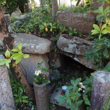 【十輪院魚養塚】十輪院を創建した「書の達人」の墓所と伝わる空間