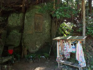 【阿対の石仏】柳生の里を流れる川沿いに佇む巨大な磨崖仏