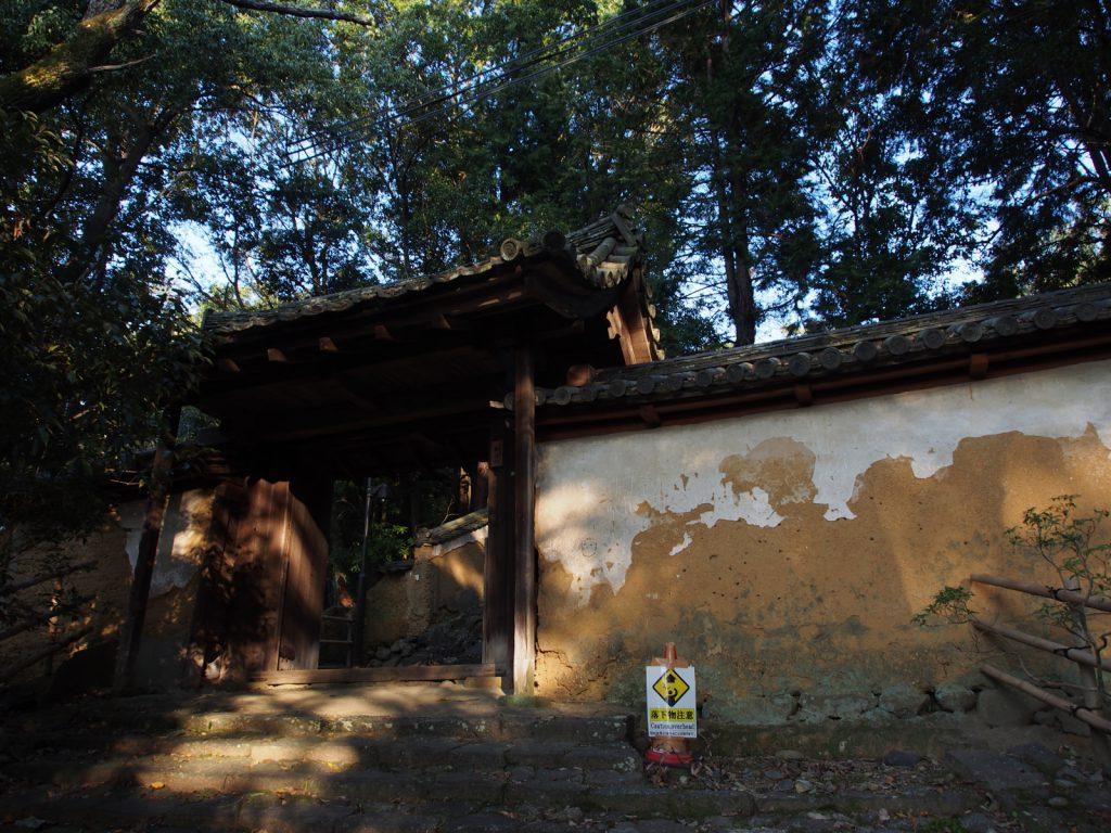 東大寺知足院の山門