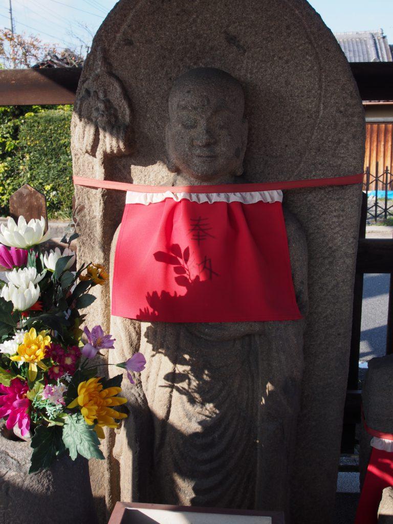 温和な表情を見せる歓喜寺地蔵尊の石仏