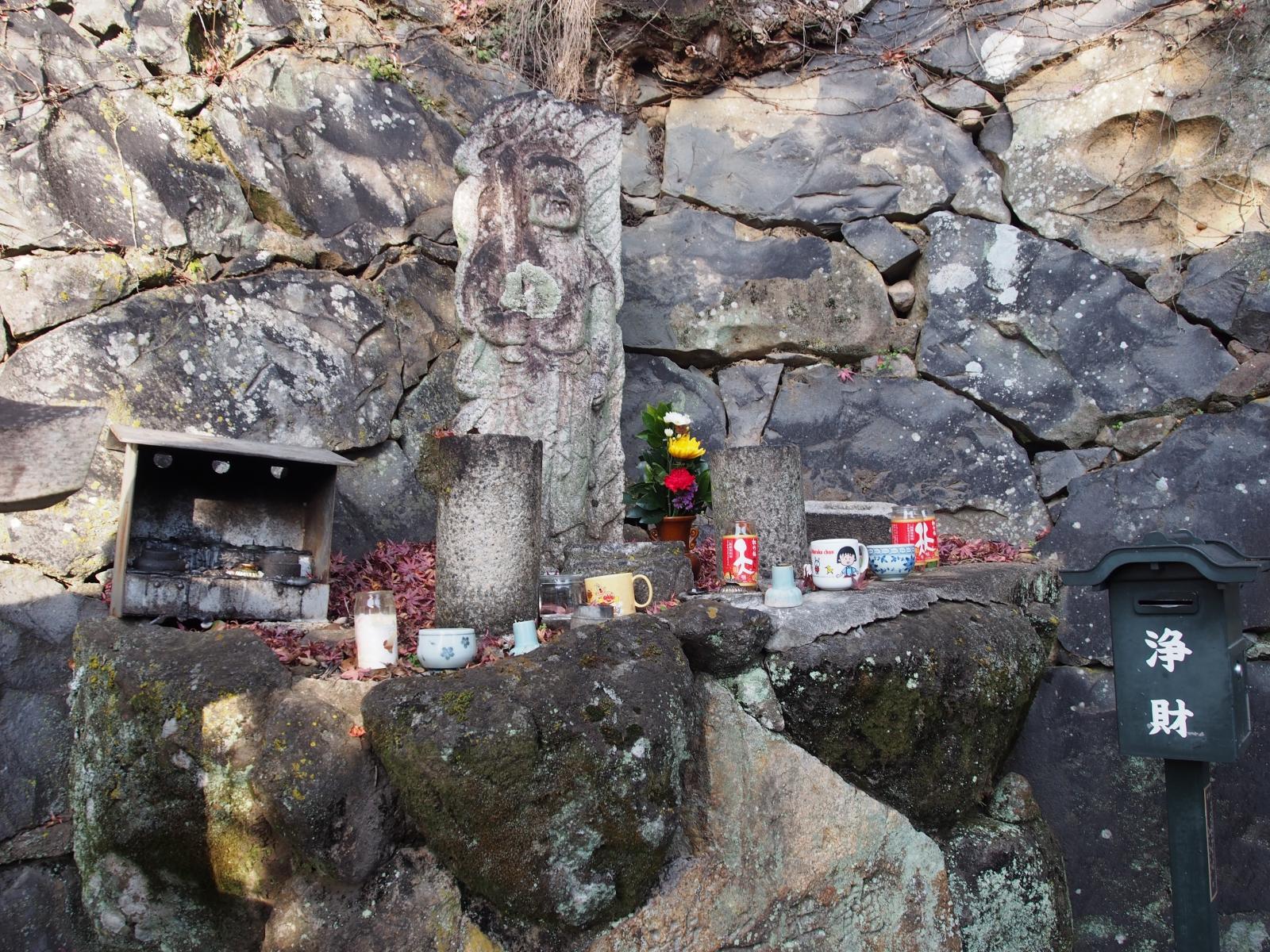 龍王の滝(東大寺)の石造不動明王立像