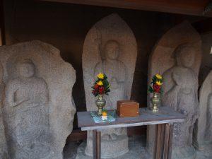 【新薬師寺境内石仏群】「石仏の美」を堪能できる市内有数の石仏スポット