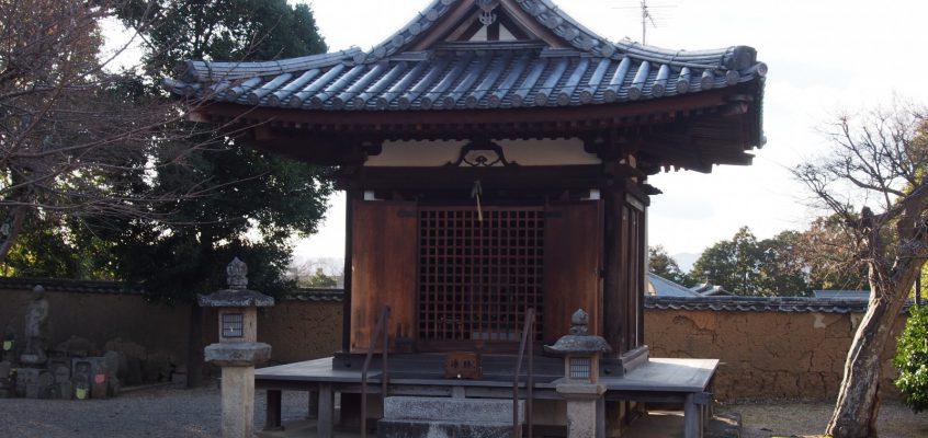 【新薬師寺地蔵堂】優美な仏堂建築には三体の仏さまが静かに佇む