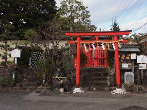 【比賣神社】「高貴な姫君の墓」と伝わる小さな古墳の上に建つ神社