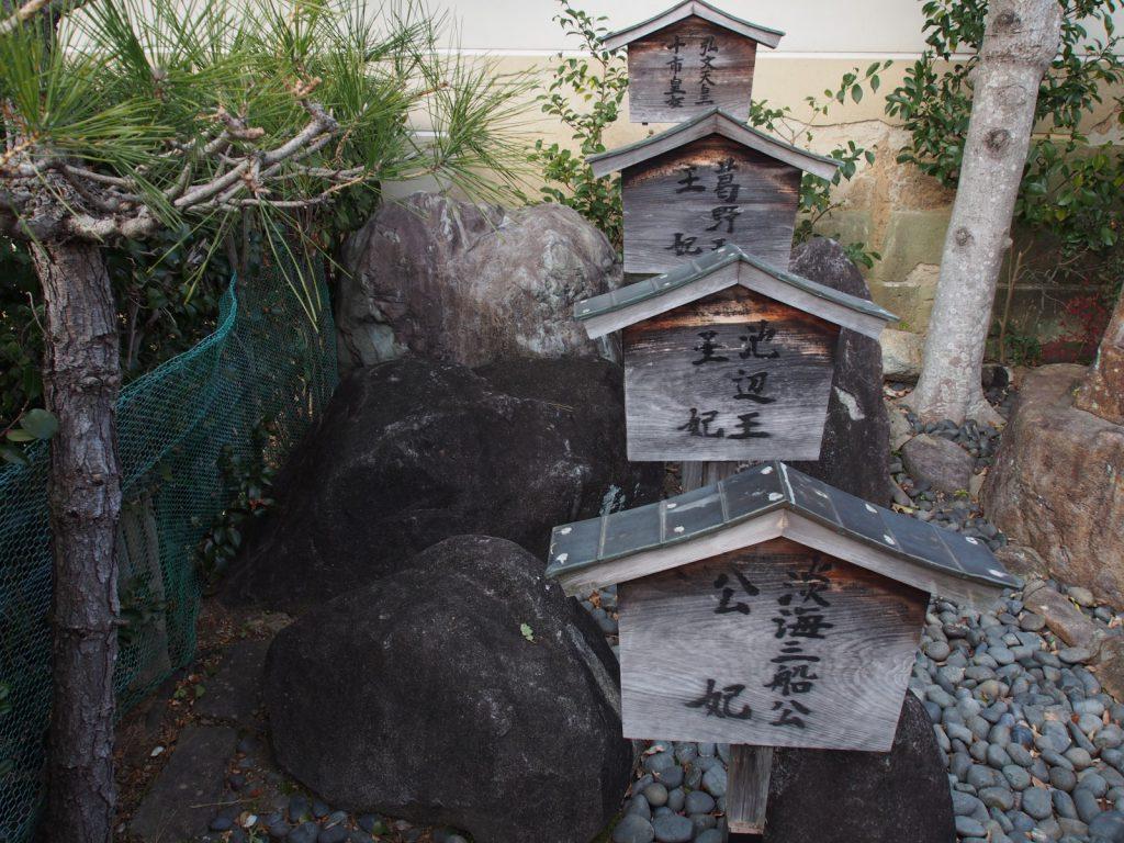 比賣神社の神像石