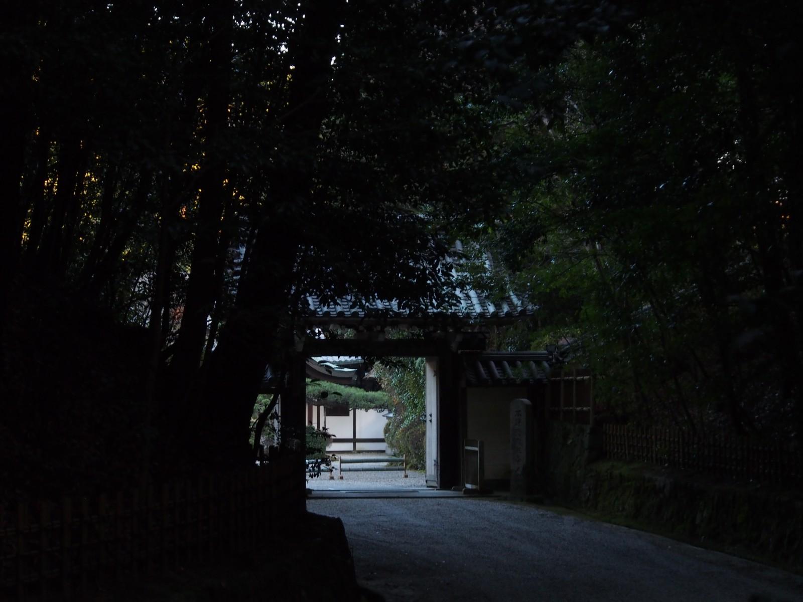 円照寺の山門
