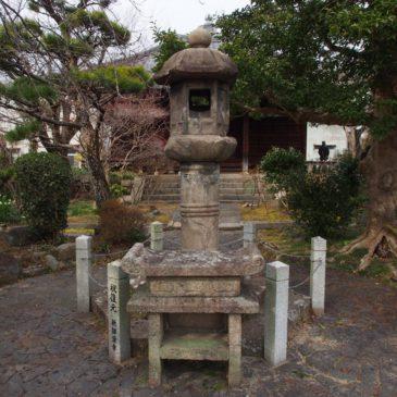 【啼燈籠】元興寺塔跡のある空間に残された燈籠にはユニークな伝説が残される