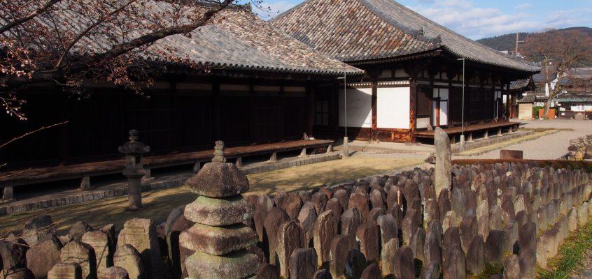 【元興寺浮図田】奈良市内最大級の石仏群は飛鳥時代の瓦屋根の真横に広がる