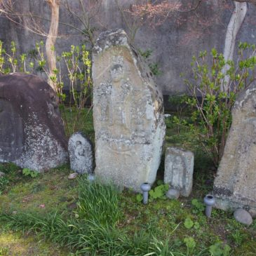 【旧肘塚不動堂石造物】「元興寺」の山門近くで拝観者をお迎えする石仏たち
