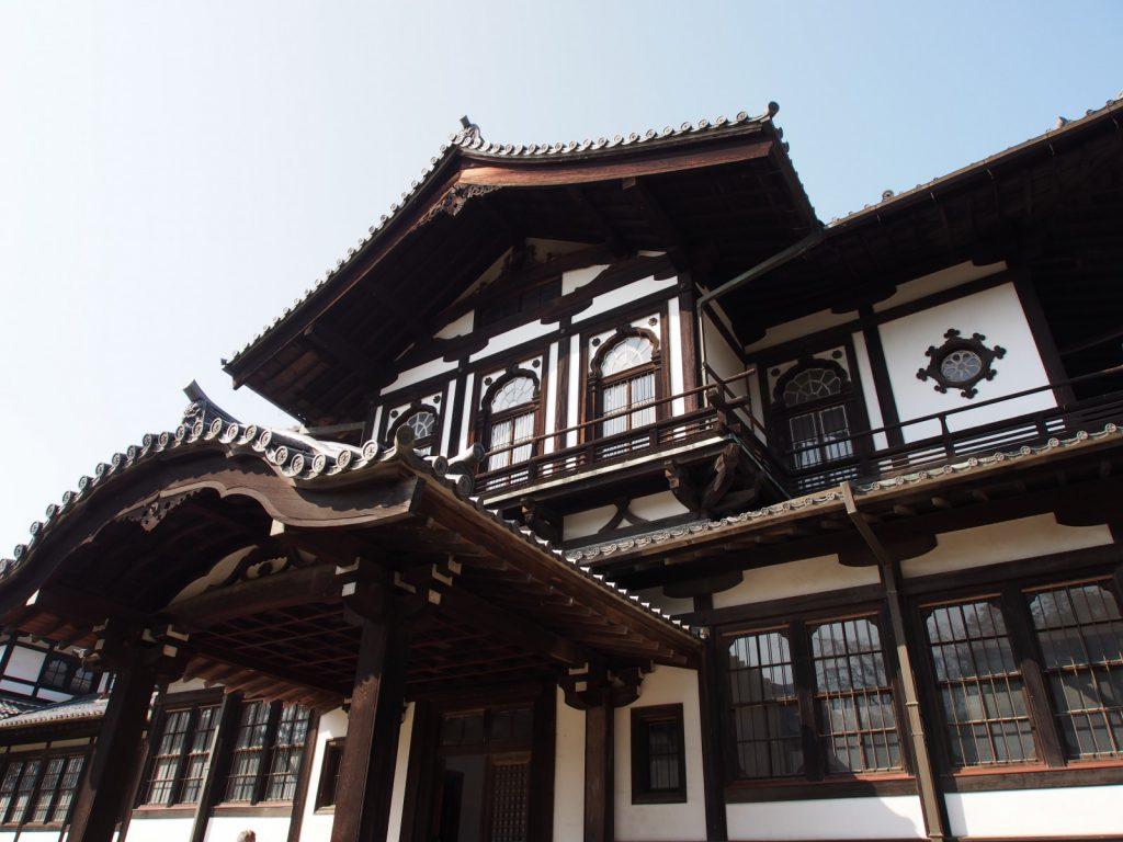 奈良国立博物館仏教美術資料研究センターを正面から望む