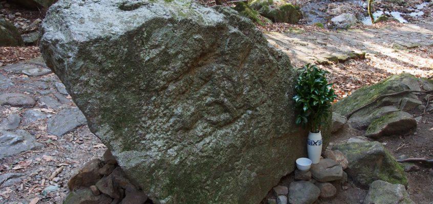 【寝仏】滝坂の道沿いにある巨石の裏側には大日如来像が描かれる