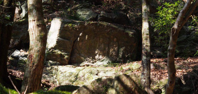 【滝坂三体地蔵菩薩磨崖仏】夕日観音の近くにある南北朝時代の磨崖仏