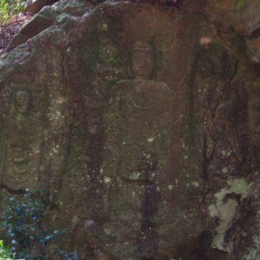 【朝日観音】「奈良の日の出」に美しく照らされる比較的大きな三尊像