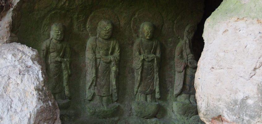 【春日山石窟仏】大仏殿建設のための「石切り場」跡に圧巻の石仏たちが並び立つ