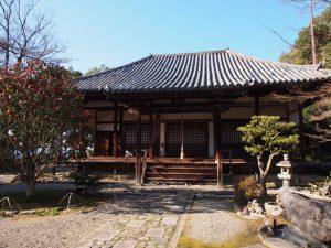【白毫寺】五色椿や萩が有名な「花の寺」では「えんま様」がお迎えする
