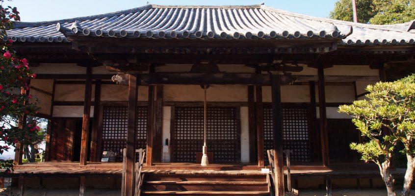 【白毫寺本堂】「閻魔さま」とは対極の穏やかな佇まいを見せる「阿弥陀如来坐像」が安置される空間