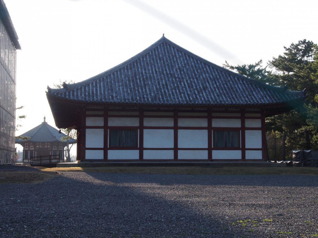 【興福寺仮講堂】奈良時代の梵鐘など複数の文化財が収蔵される空間