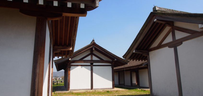 【推定宮内省】奈良時代のお役所を復原した檜皮葺の建物が並ぶ空間