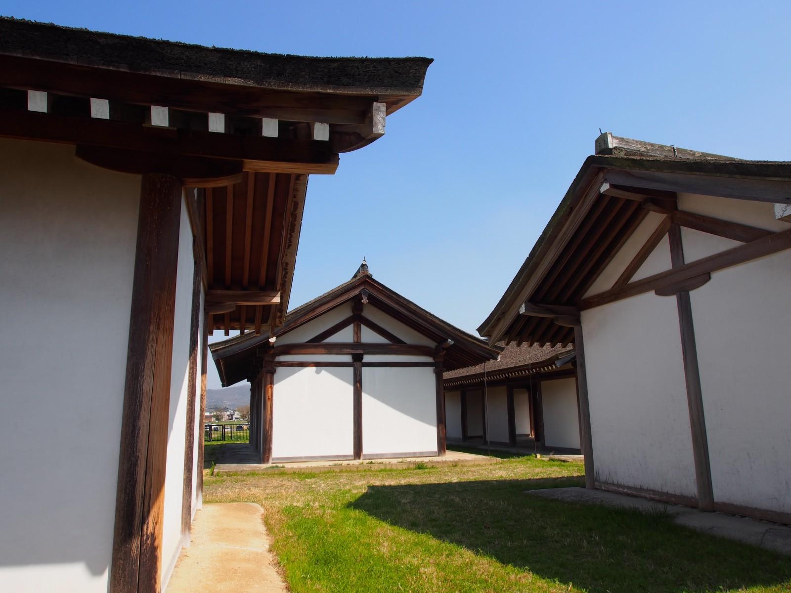 推定宮内省】奈良時代のお役所を復原した檜皮葺の建物が並ぶ空間 ...