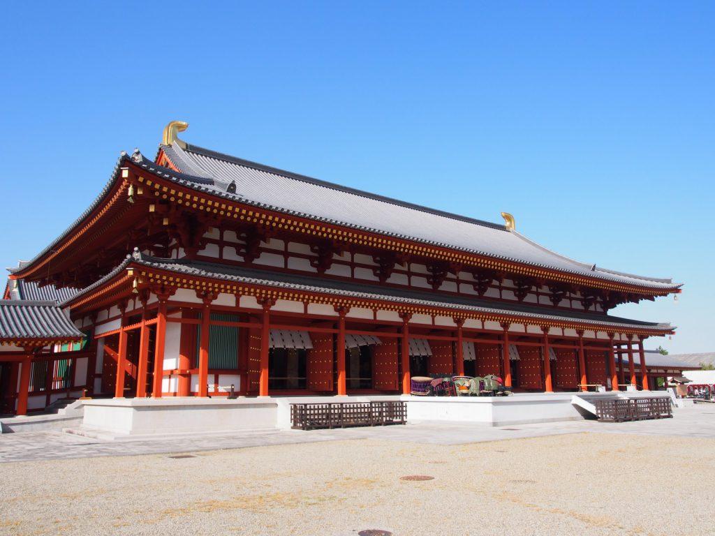 【薬師寺大講堂】境内最大規模を誇る建築の内部には大きな弥勒三尊像が安置される