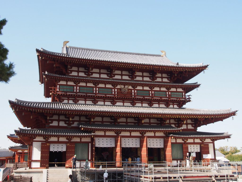 【薬師寺金堂】「白鳳美術の最高峰」として名高い薬師三尊像を安置する空間