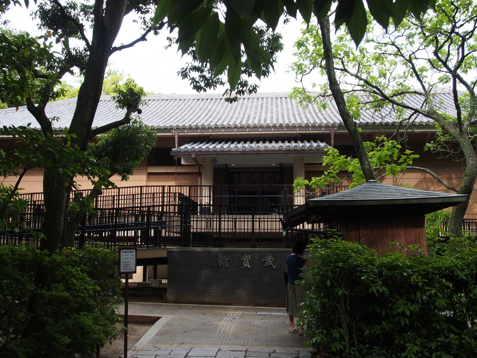 木彫像などを安置する唐招提寺「新宝蔵」