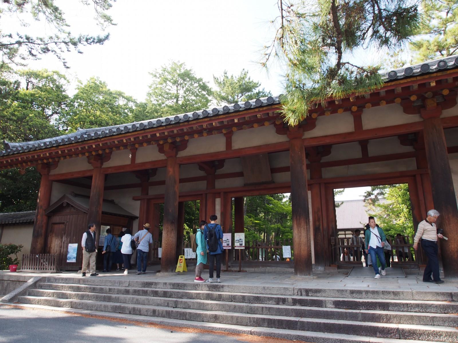 唐招提寺の拝観受付のある「南大門」