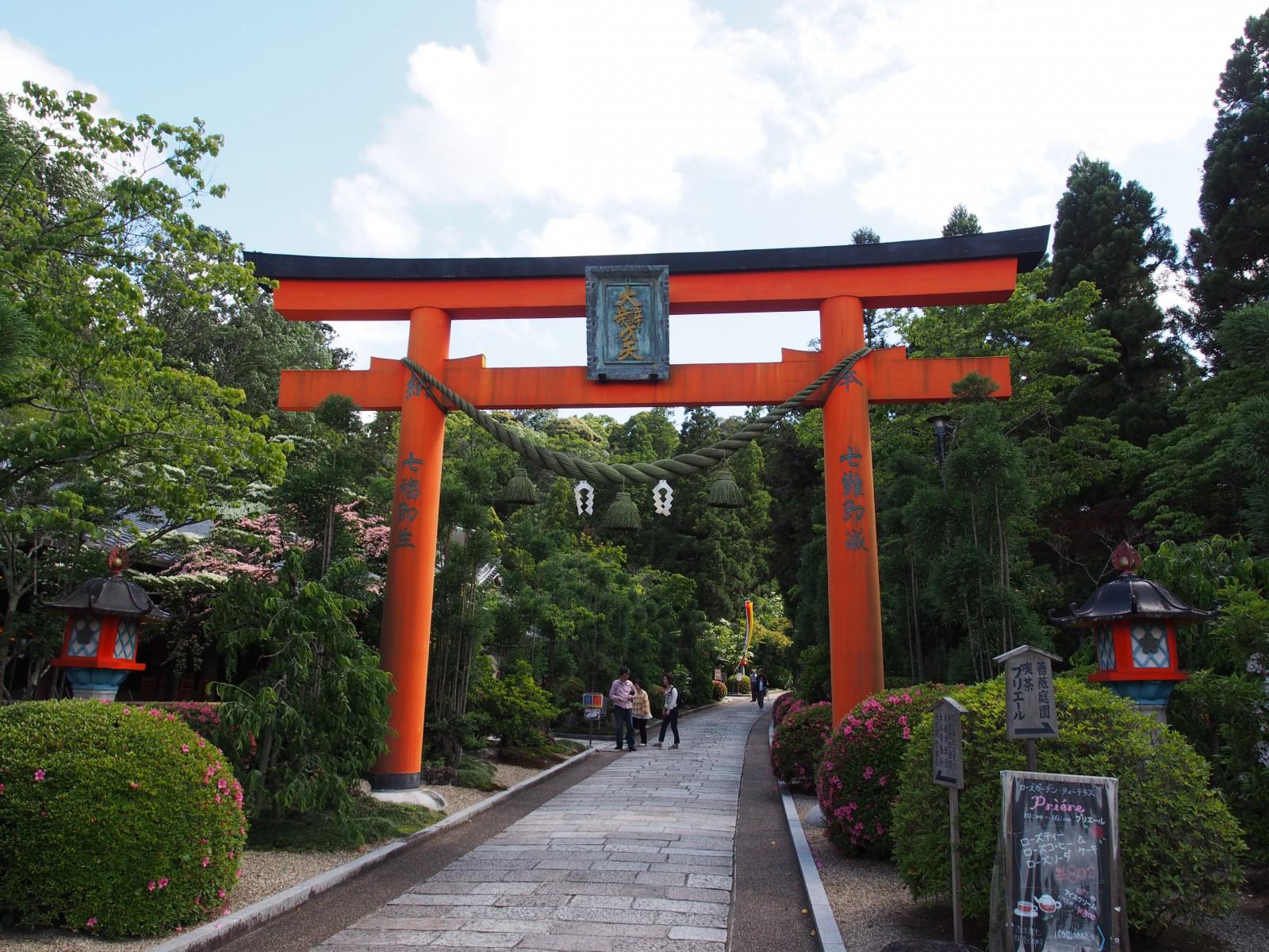 霊山寺の入り口にある鳥居(山門)