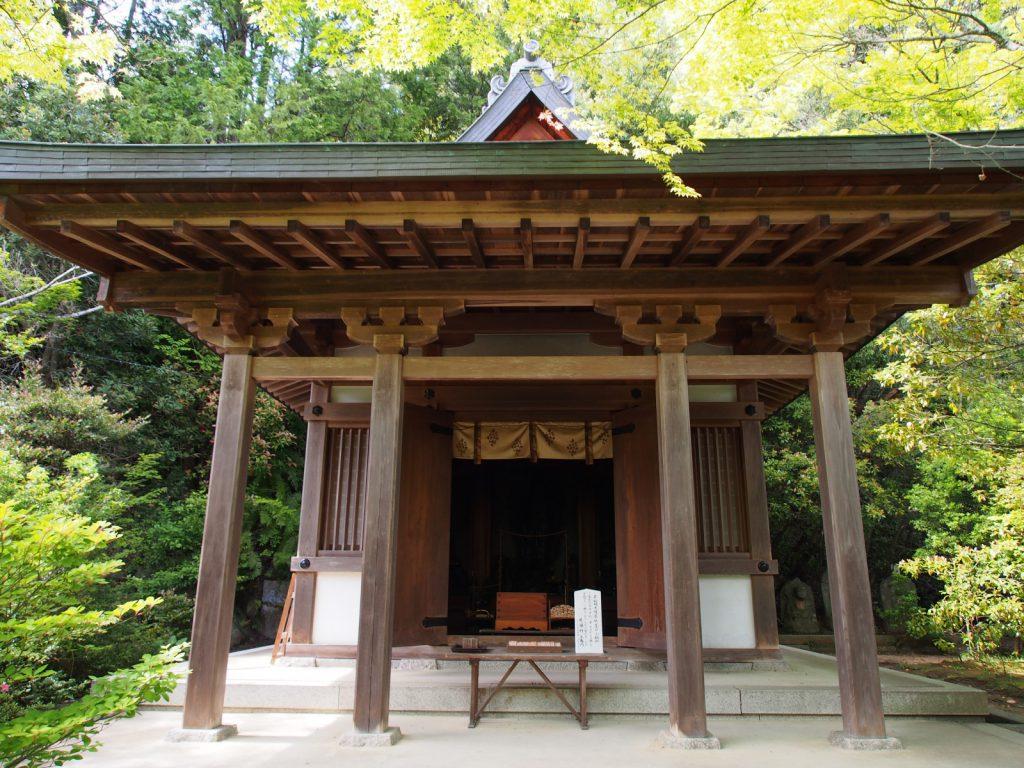 【円成寺護摩堂】不動明王立像・僧形文殊菩薩坐像などを安置する小さなお堂