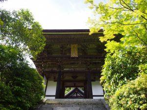 【円成寺楼門】名勝庭園を見下ろす位置に建つ室町時代の美麗な楼門建築