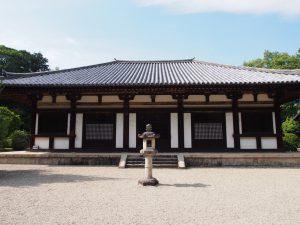 【秋篠寺】「伎芸天」などで有名な寺院は苔むした樹林の風景も美しい