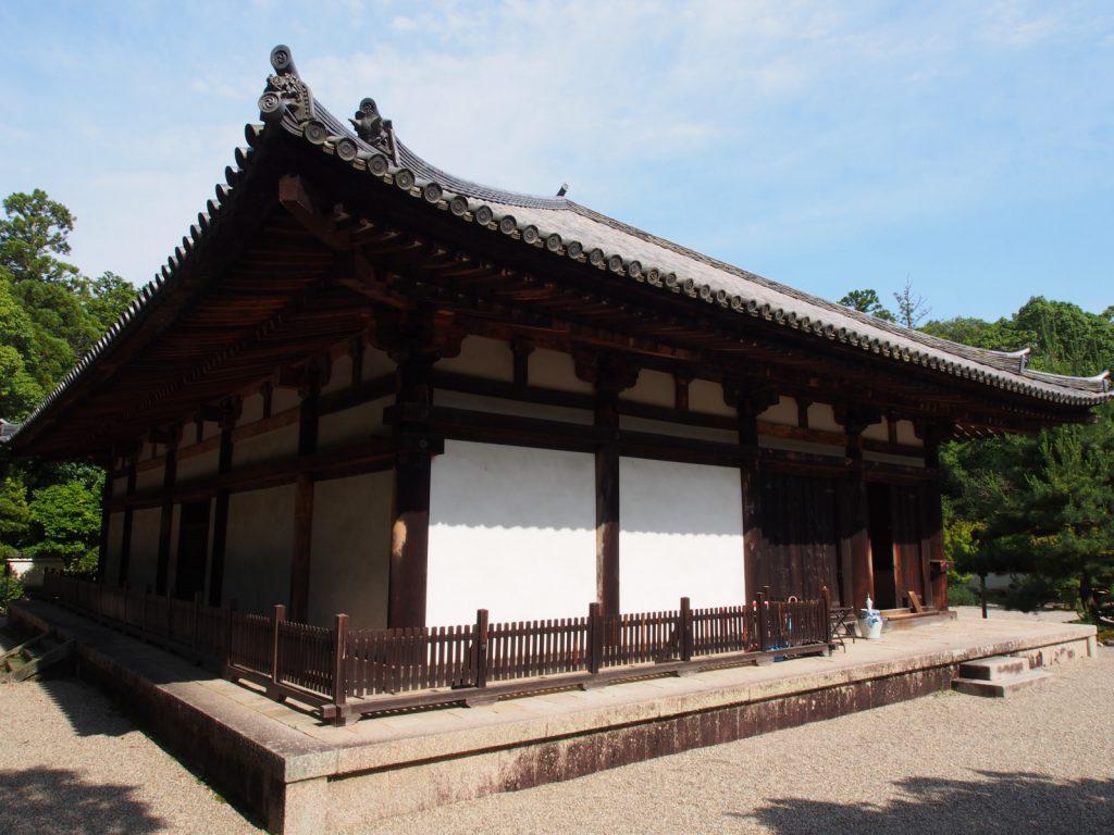秋篠寺本堂を裏手から望む