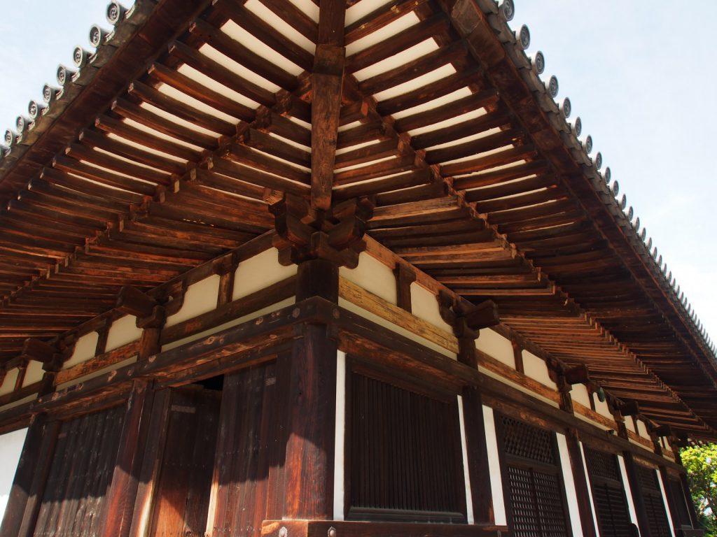 秋篠寺本堂の連子窓・格子窓・軒などを望む
